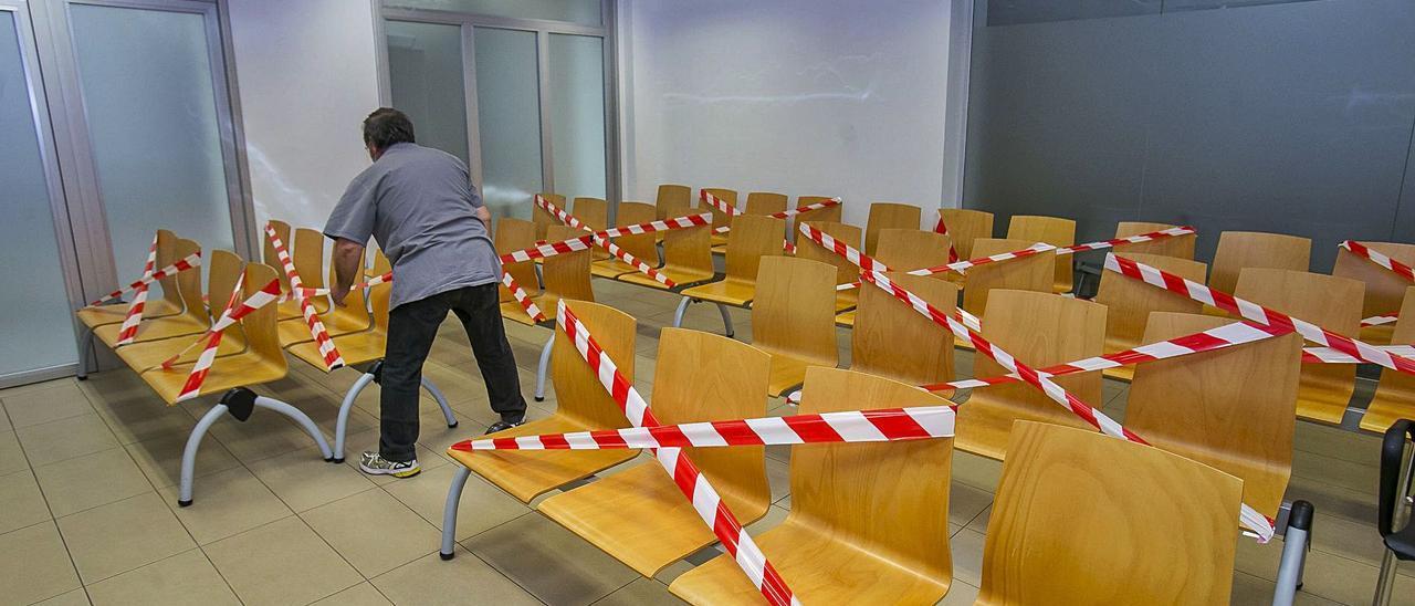 Preparativos en una sala de vistas de la Audiencia para acondicionar el aforo a las restricciones sanitarias por el covid.