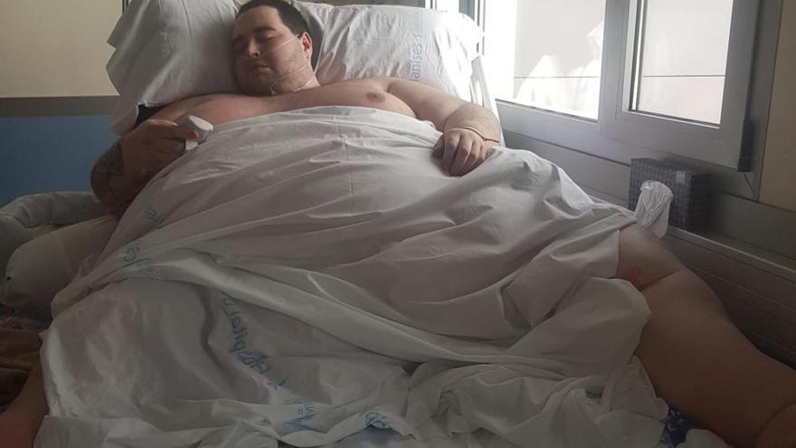 La escasez de camillas que soportan 350 kilos complica la asistencia a un joven de València