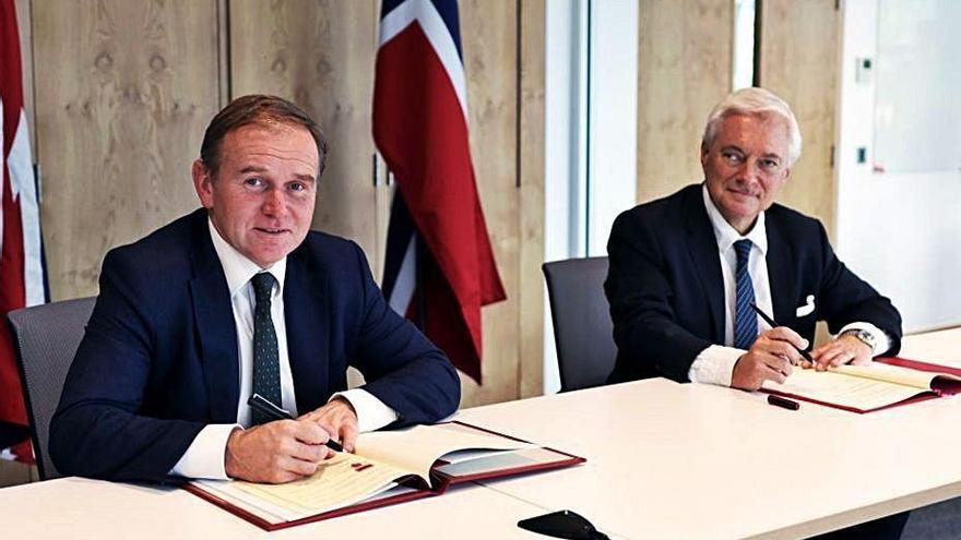 """Londres mantiene el órdago a la UE y firma un acuerdo """"histórico"""" de pesca con Noruega"""