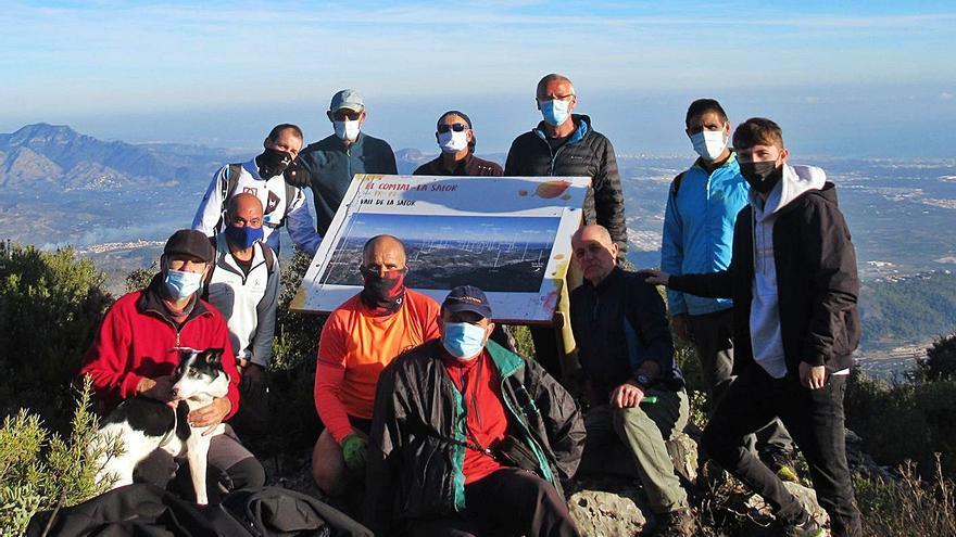 Un panel didáctico explica la magnífica vista panorámica de la cima de la Safor