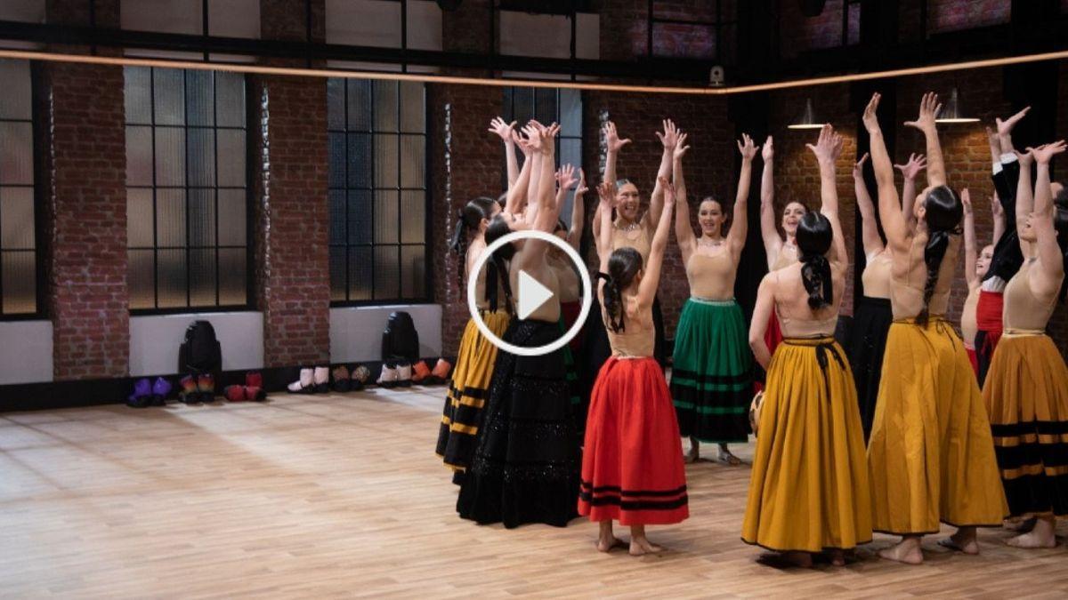 Los integrantes de Sadanza hacen su grito de guerra antes de su actuación en 'The Dancer'