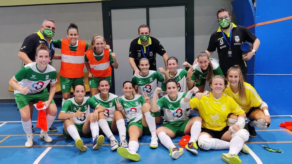 Las jugadoras y técnicos del Cajasur Deportivo Córdoba, felices en la cancha del pabellón El Limón.