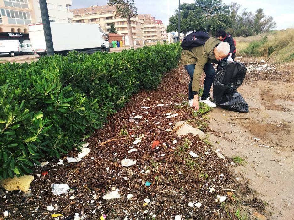 Voluntarios se lanza a las playas de Dénia a retirar la basura escupida por Gloria