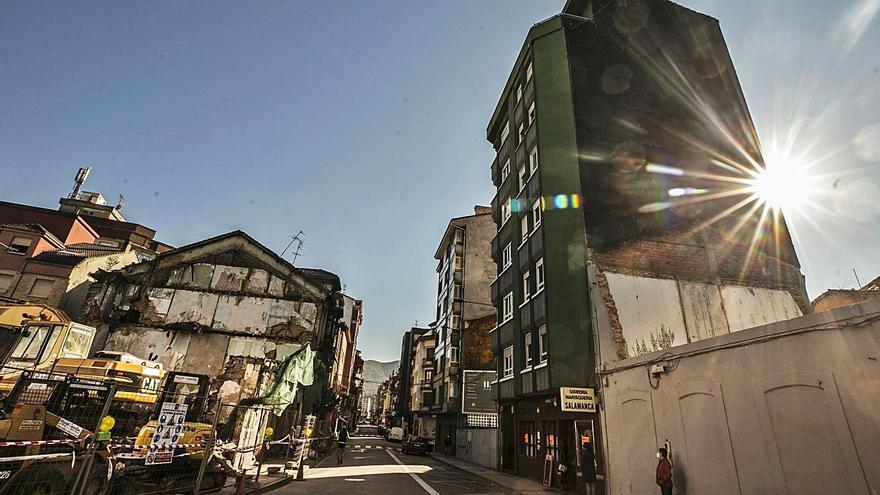 Concluye el derribo de tres edificios para la mejora urbana de la entrada a Sama