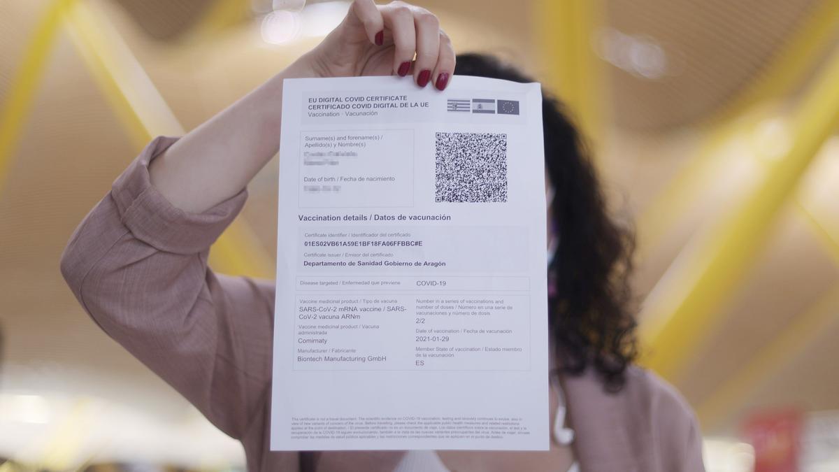 Una mujer muestra el certificado COVID Digital de la Unión Europea.