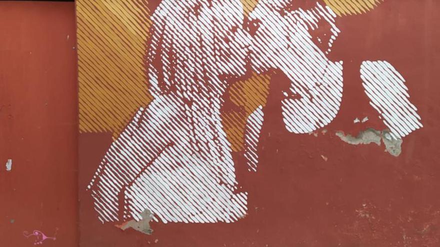 Fefeto repinta en Ibi el mural que sufrió el ataque homofóbico