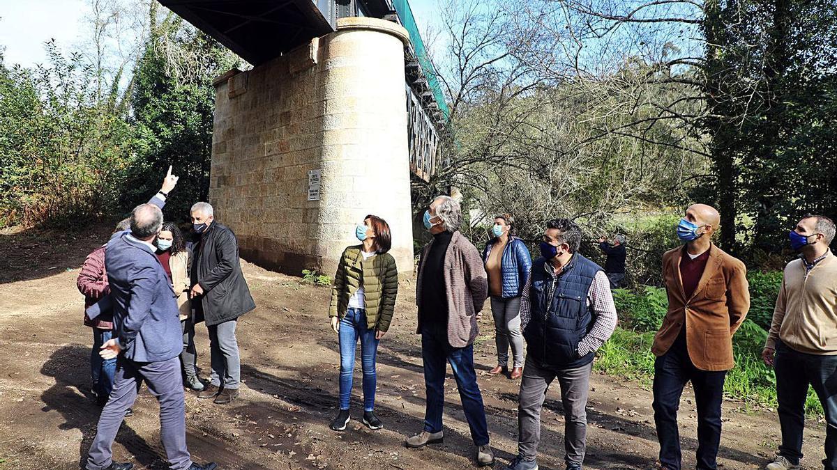 Visita institucional ayer a la senda, a la altura del puente de hierro entre Caldas y Portas.     // CEDIDA