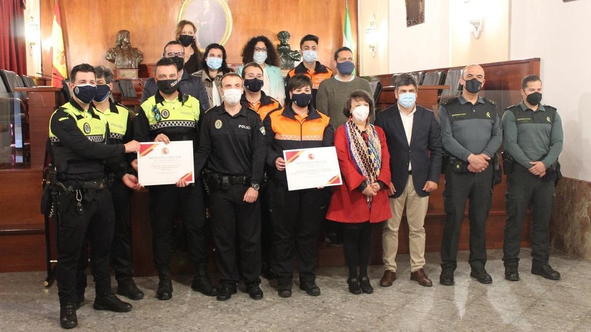 Agentes de la Policía Local y voluntarios de Protección Civil de Montilla, con las autoridades.