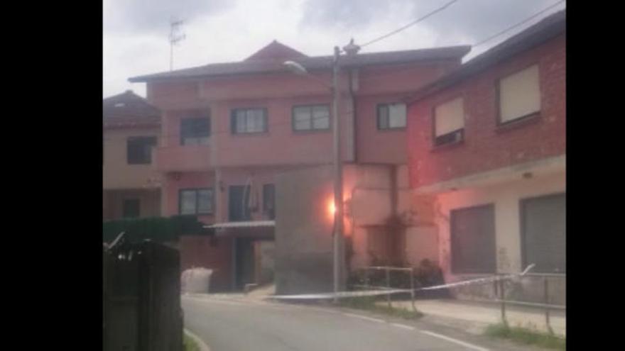 Un incendio en una acometida en un poste de luz en Calvar corta la carretera más de dos horas