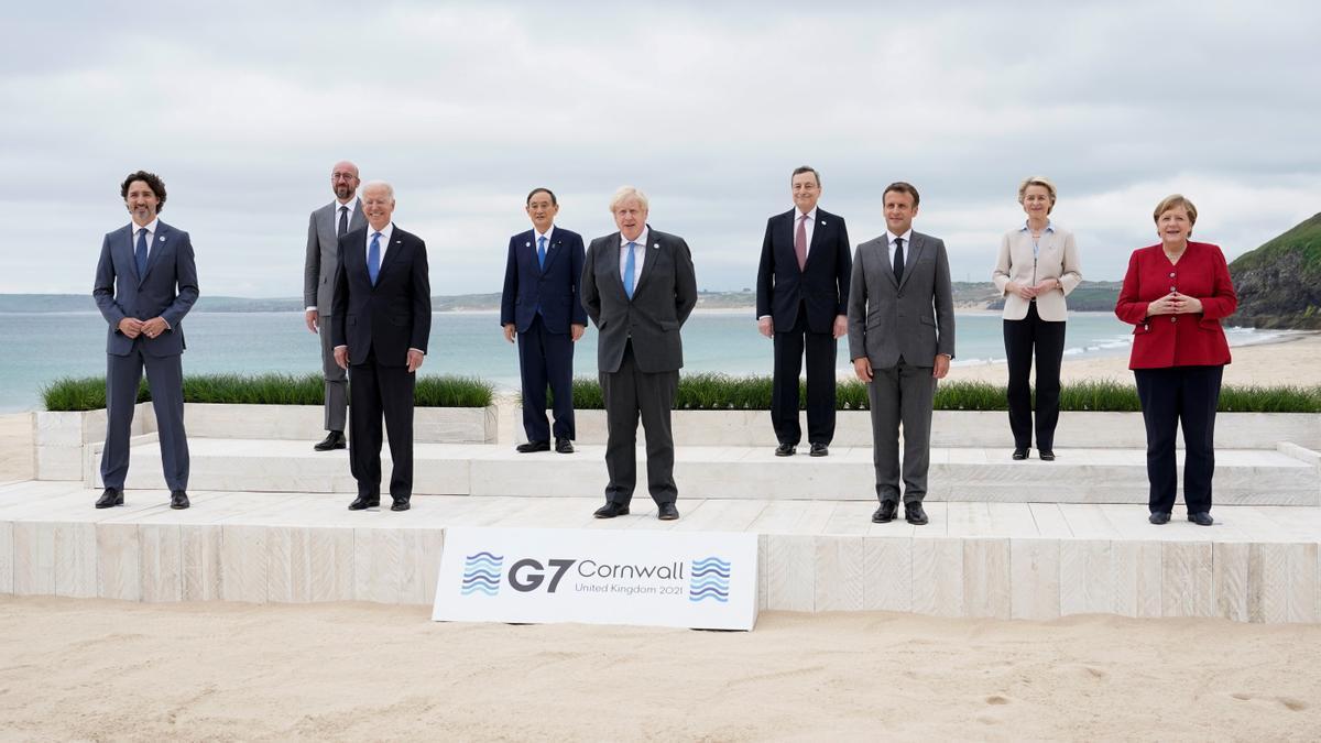 Els líders del G7 Justin Trudeau, Joe Biden, Yoshihide Suga, Boris Johnson, Mario Draghi, Emmanuel Macron i Angela Merkel amb Ursula von der Leyen i Charles Michel