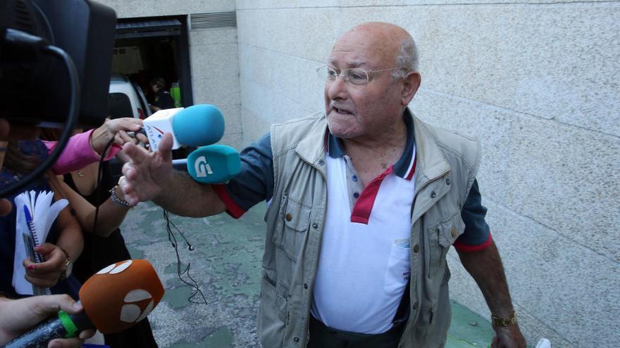 Una vecina de Vilanova denuncia a Manuel Charlín por una supuesta agresión