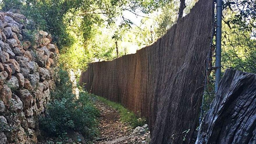 Colocan una cerca que invade la Ruta de la Pedra en Sec