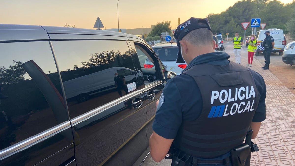 Un agente de la Policía Local de Sant Antoni durante el control.