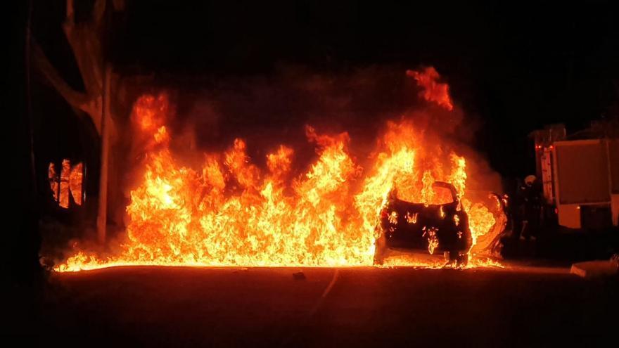Aparatoso incendio de un coche en Monte Lentiscal