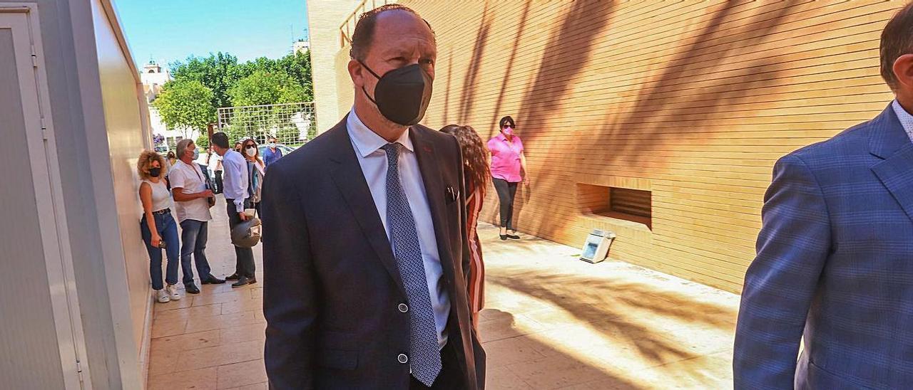 El alcalde de Orihuela, Emilio Bascuñana, el pasado miércoles en los juzgados de Orihuela. | TONY SEVILLA
