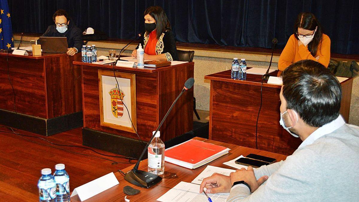 La alcaldesa, Nidia Arévalo (en el centro), ayer, durante el pleno ordinario del mes de octubre. |   // D.P.