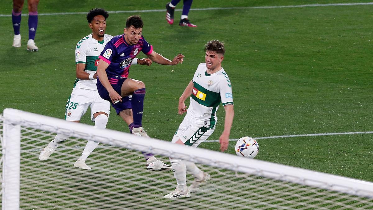 Olaza rescata al Valladolid y hunde al Elche.