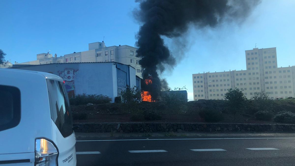 Incendio en un solar en la zona de Ofra (Santa Cruz de Tenerife)