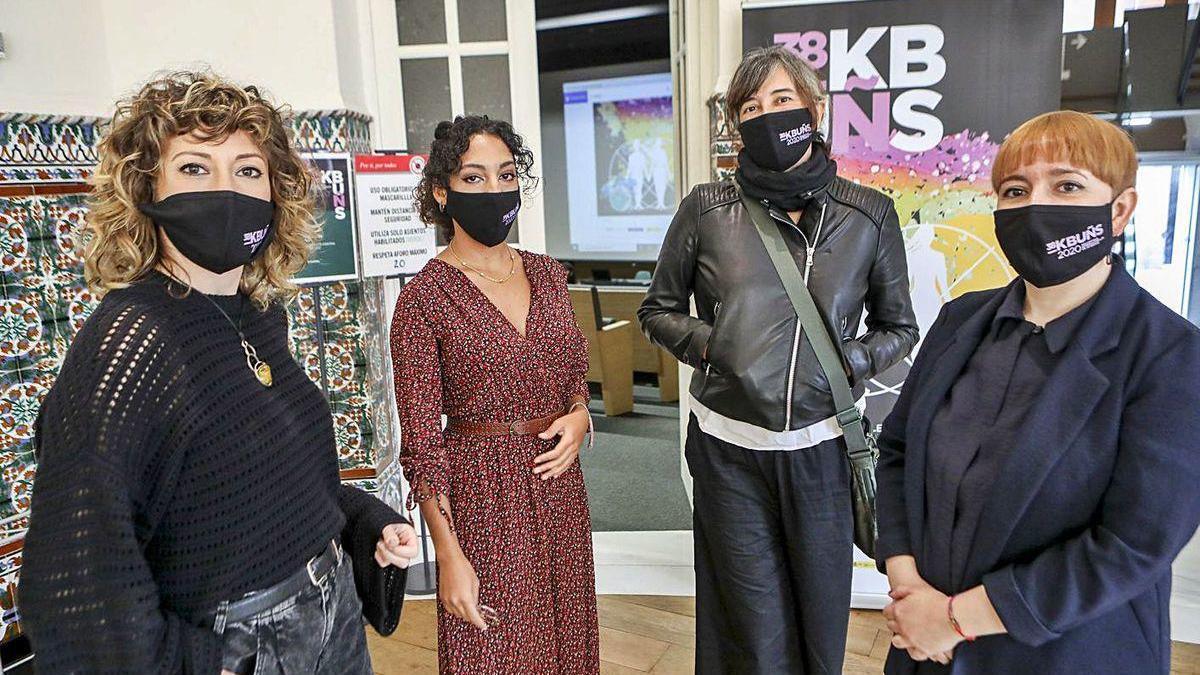 Por la izquierda, Elena Lavellés, Tania Benito, Sandra Paula Fernández y Semíramis González, ayer, en la Escuela de Comercio.