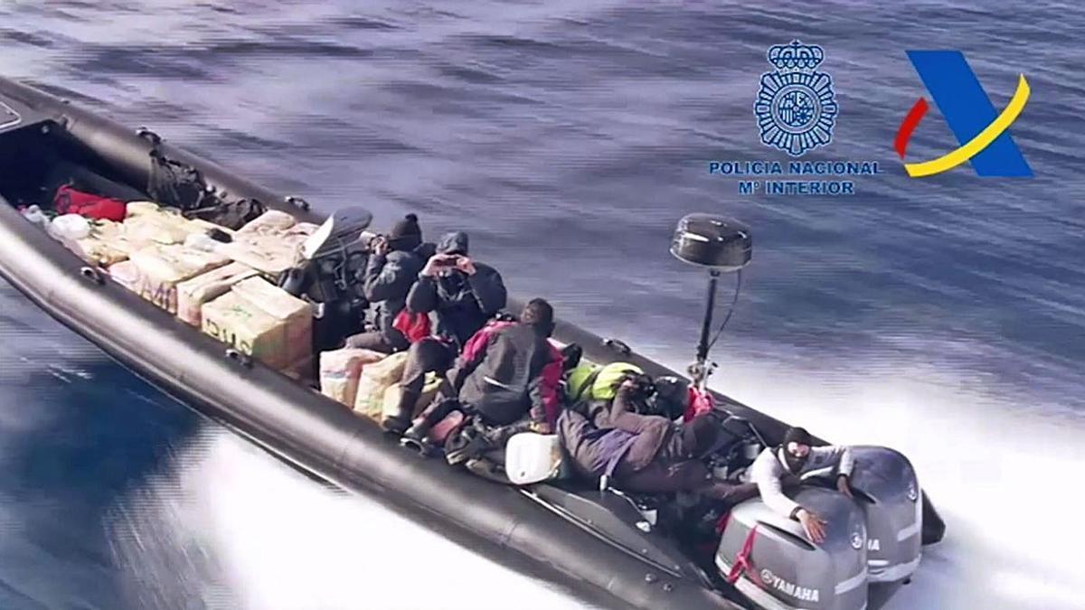 Los cinco tripulantes de la 'narcolancha' en un momento de la persecución.  | LEVANTE-EMV