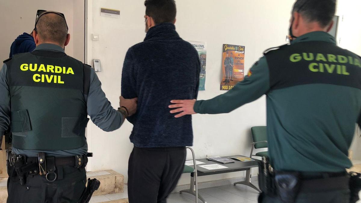 El presunto ladrón, custodiado por agentes de la Guardia Civil de Algaida.