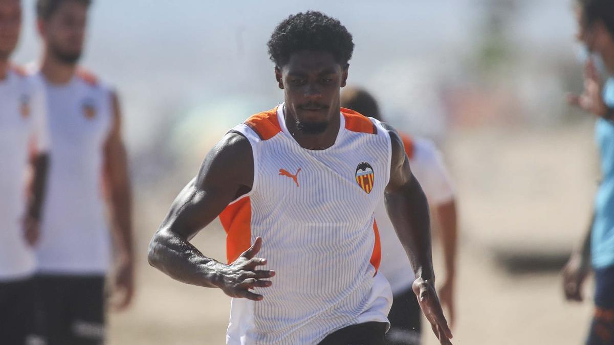 Thierry Correia entrenando en la playa