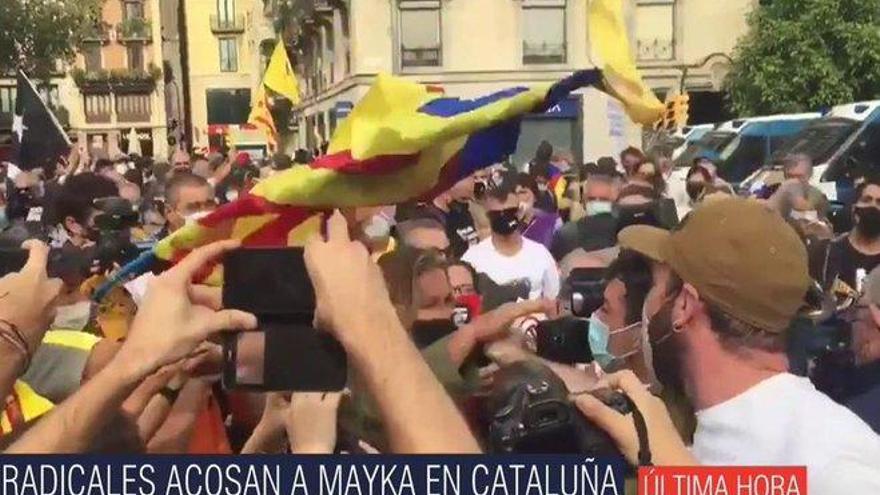 Mayka Navarro es acosada por independentistas durante un directo para Ana Rosa