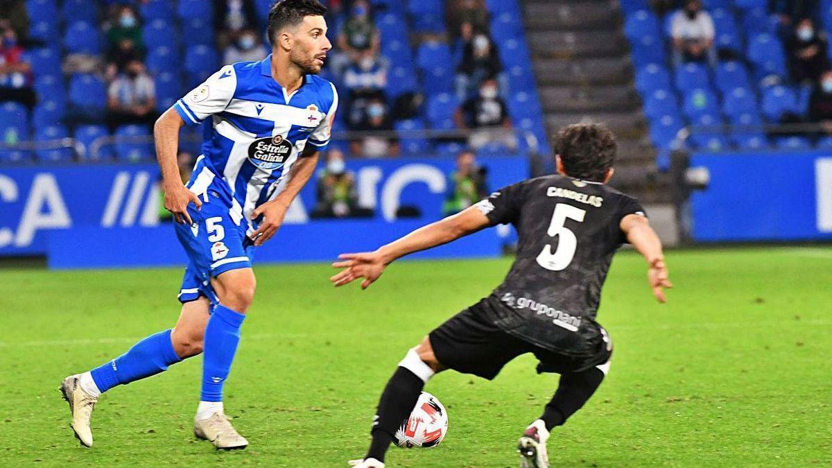 Eneko Bóveda encara a un jugador del Salamanca ayer en Riazor.