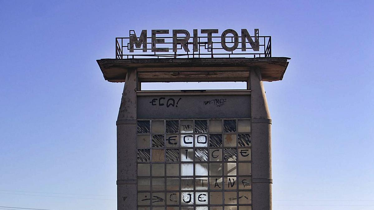 El nombre de Meriton corona la fábrica de Sagunt para trasladar la metáfora de la ruina del club. | DANIEL TORTAJADA
