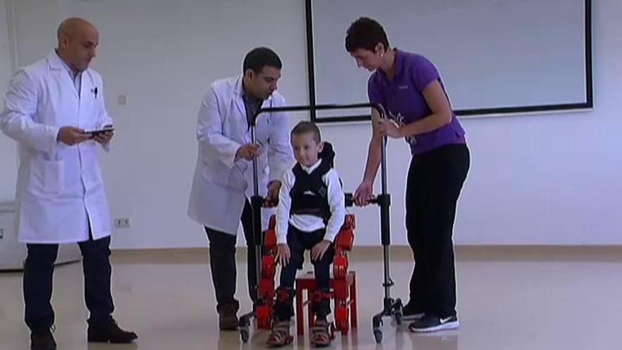 Un exoesqueleto portable ensayará terapias en niños con atrofias musculares