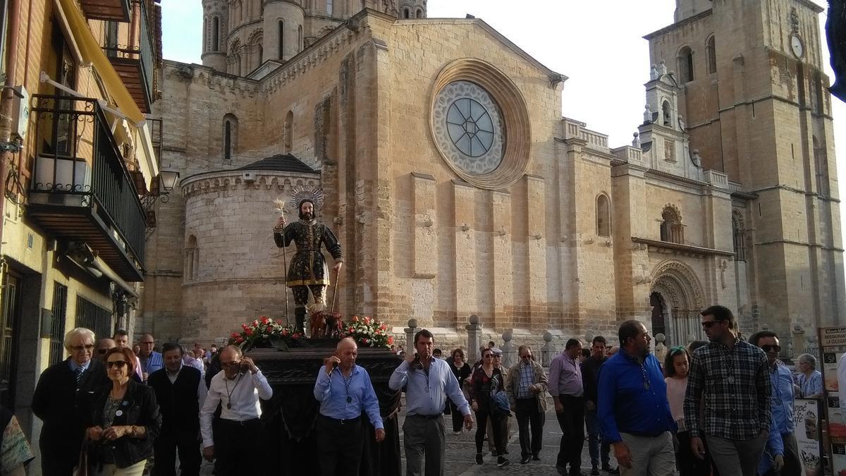 Cofrades portan a hombros la imagen de San Isidro en la procesión celebrada en 2019