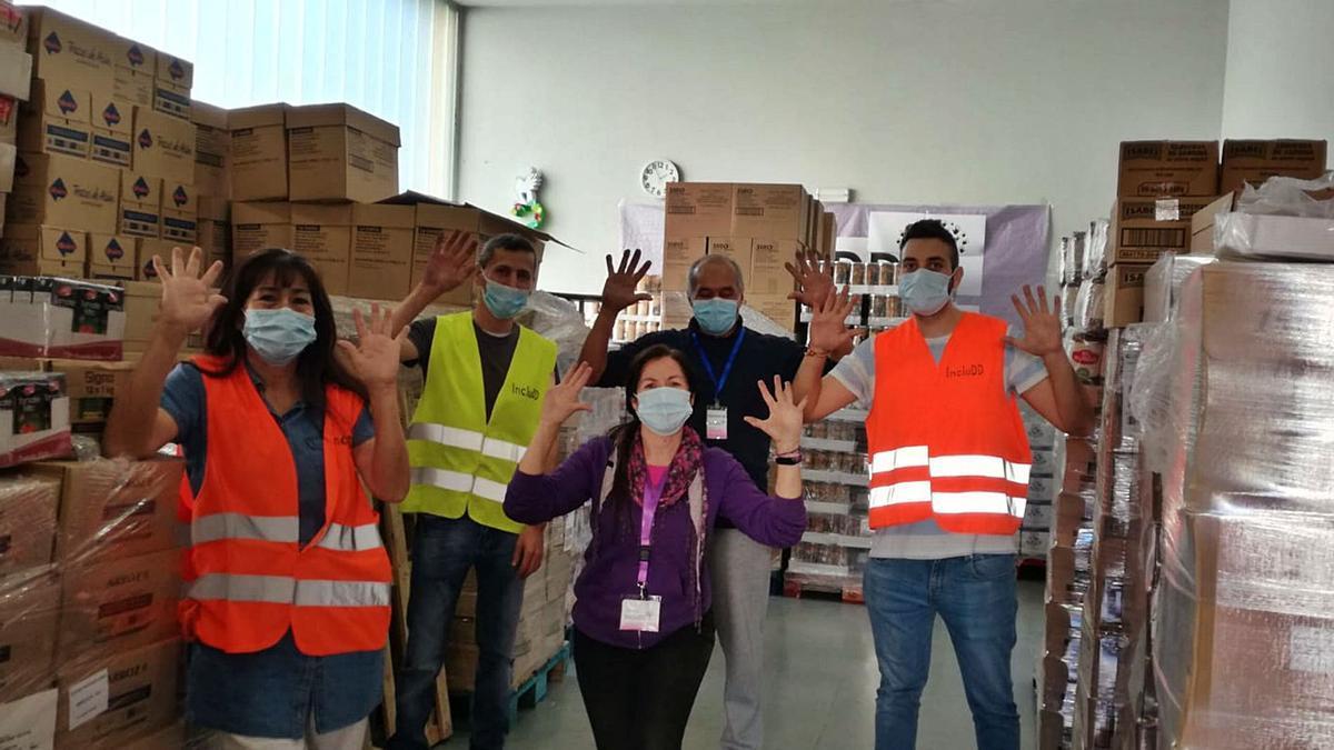 El equipo de voluntarios de IncluDD organizando el almacén de alimentos de la asociación.