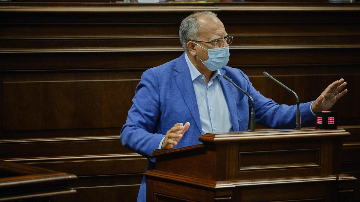 El portavoz de ASG, Casimiro Curbelo, durante una intervención en el Parlamento de Canarias.