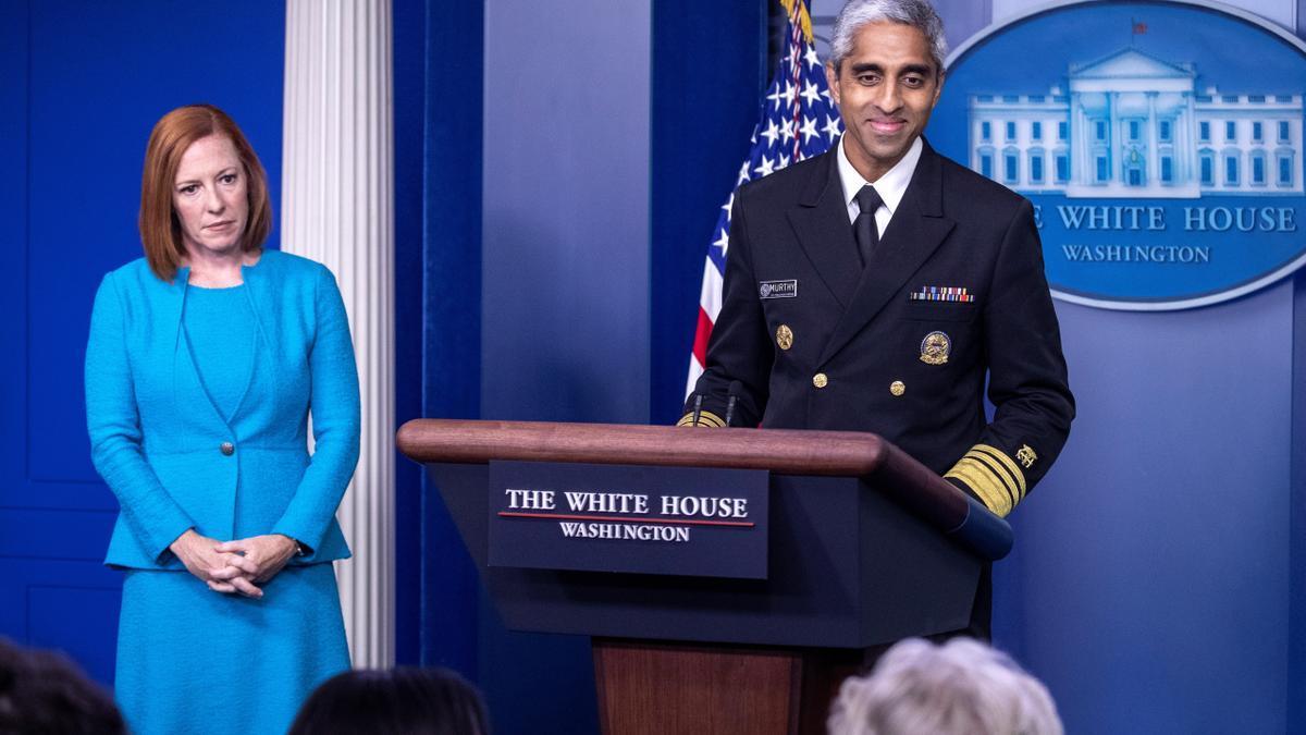 El cirujano general de Estados Unidos, con la jefa de prensa de la Casa Blanca, Jen Psaki.