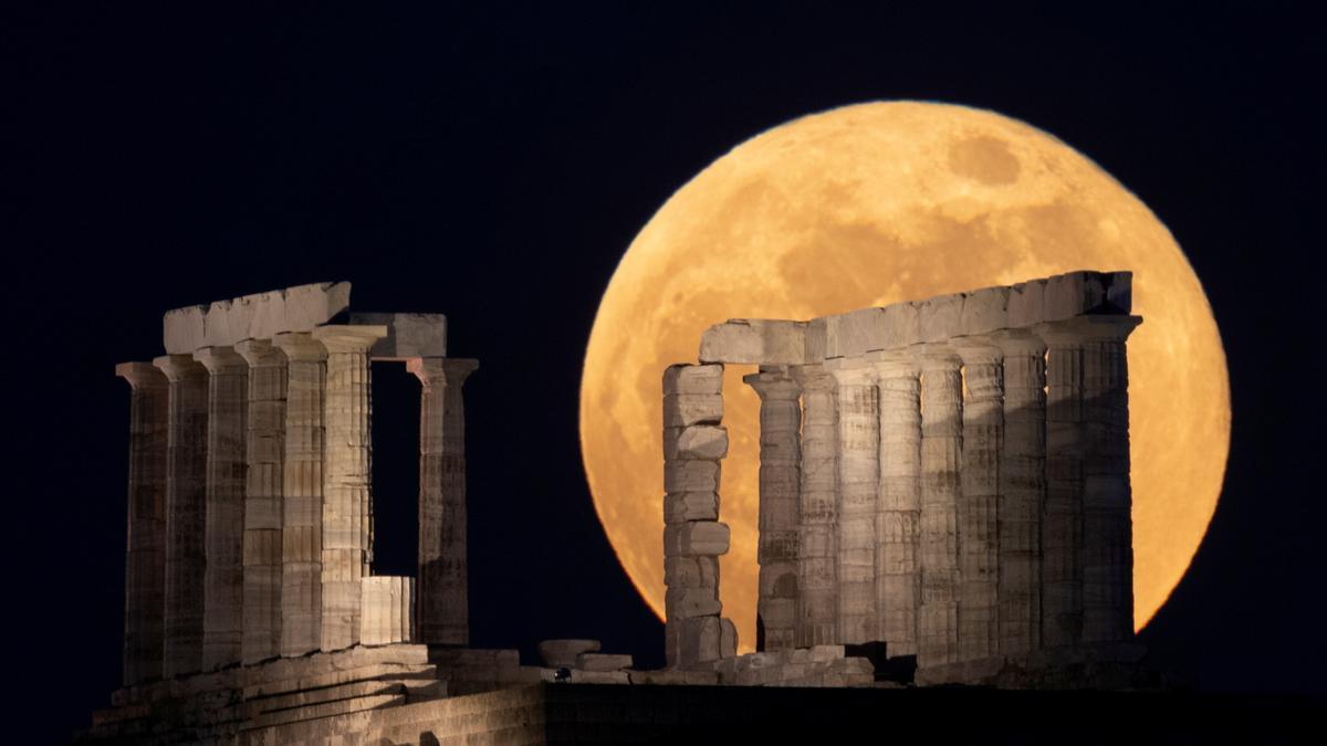 La superluna desde el Acrópolis griego