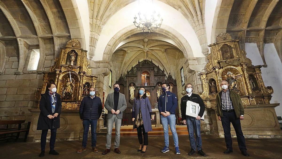 El conselleiro Román Rodríguez y la alcaldesa en la iglesia de Santa María do Porto ayer. |   // FDV