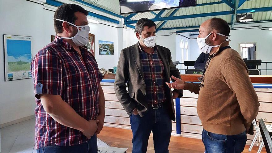 Adolfo García, Francisco González y Basilio Otero, ayer en la lonja de Puerto de Vega. | A. M. Serrano