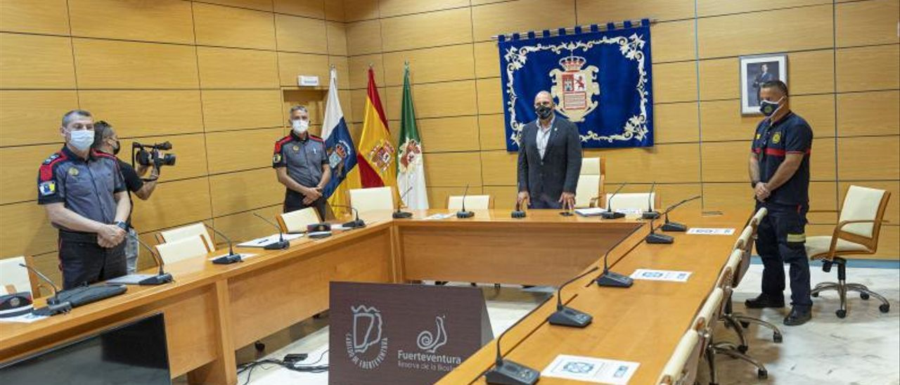 El presidente del Cabildo, Sergio Lloret, con miembros de la Policía Canaria | | FUSELLI