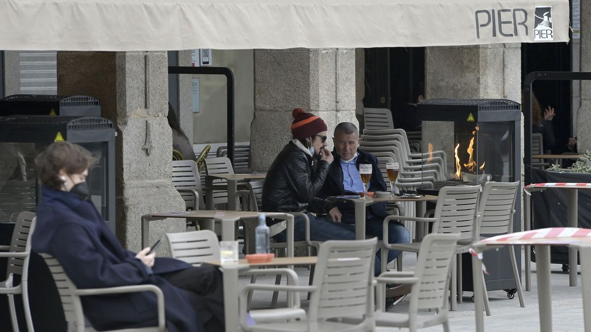 Varias personas en una terraza de A Coruña