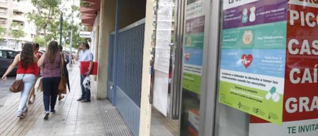 Las farmacias de Castelló ya lucen el nuevo cartel de denuncia.