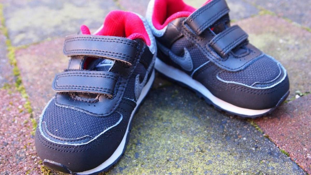 Vuelta al cole: Zapatillas deportivas de velcro para niños.