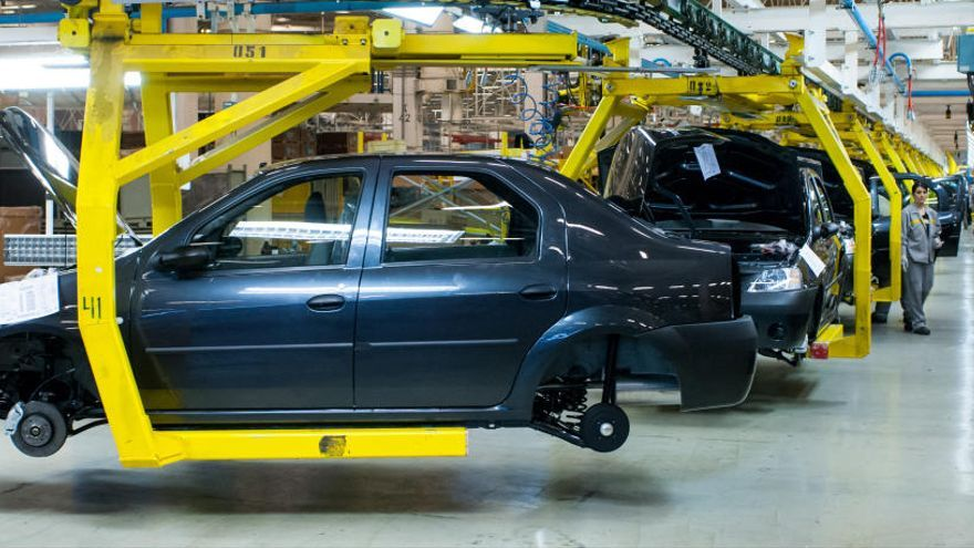 La falta de chips obliga a parar la fabricación de vehículos en plantas de España
