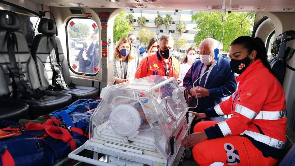 El consejero de Salud, Jesús Aguirre, junto a otras autoridades, en el interior del nuevo helicóptero del 061.