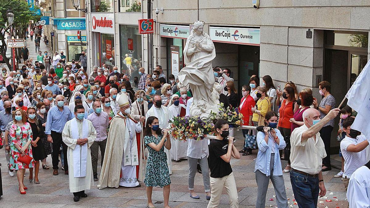 La procesión con la que Ourense simbolizó ayer la recepción de la imagen de la Virgen.   | // IÑAKI OSORIO