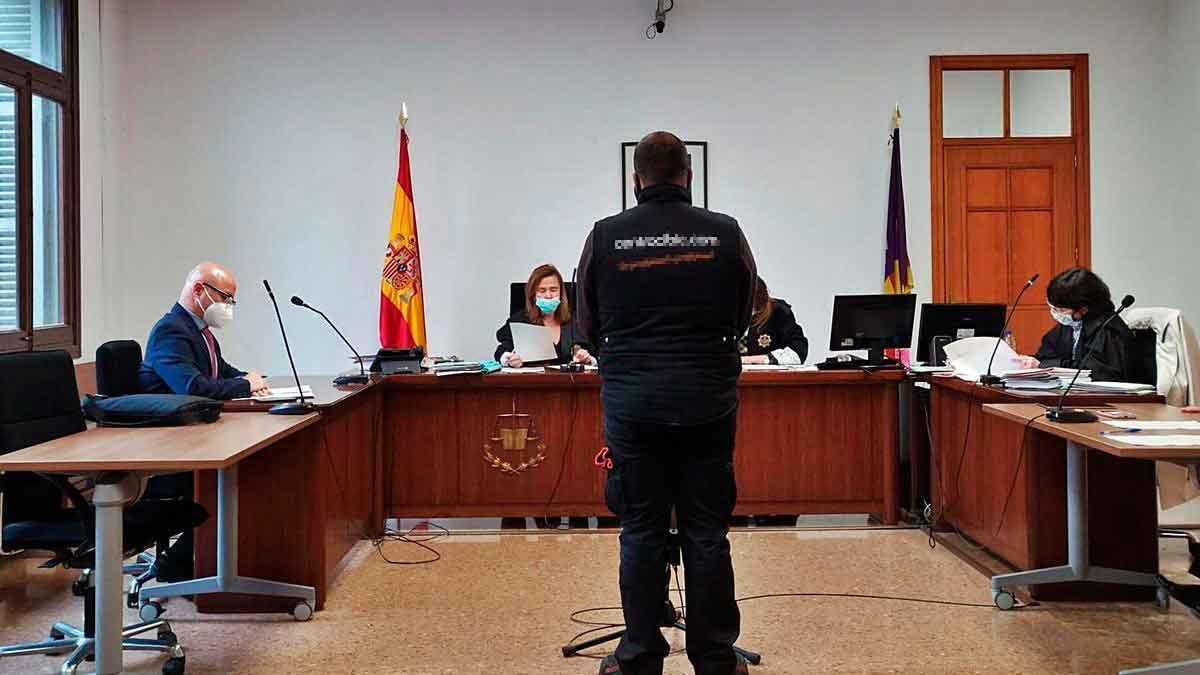 El joven condenado, ayer durante la vista celebrada en un juzgado de lo penal de Palma.