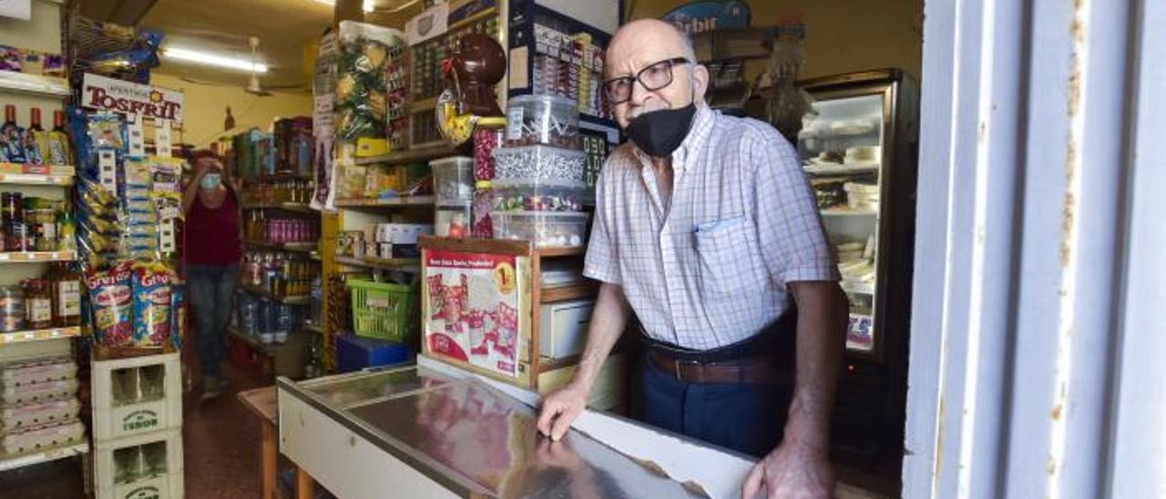 Pedro García García, conocido como Pedrito, en su tienda del Lomo Apolinario. | | A. C.