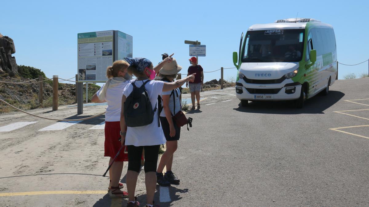 Algunes persones esperen el bus per anar al Cap de Creus, diumenge 13 de juny.