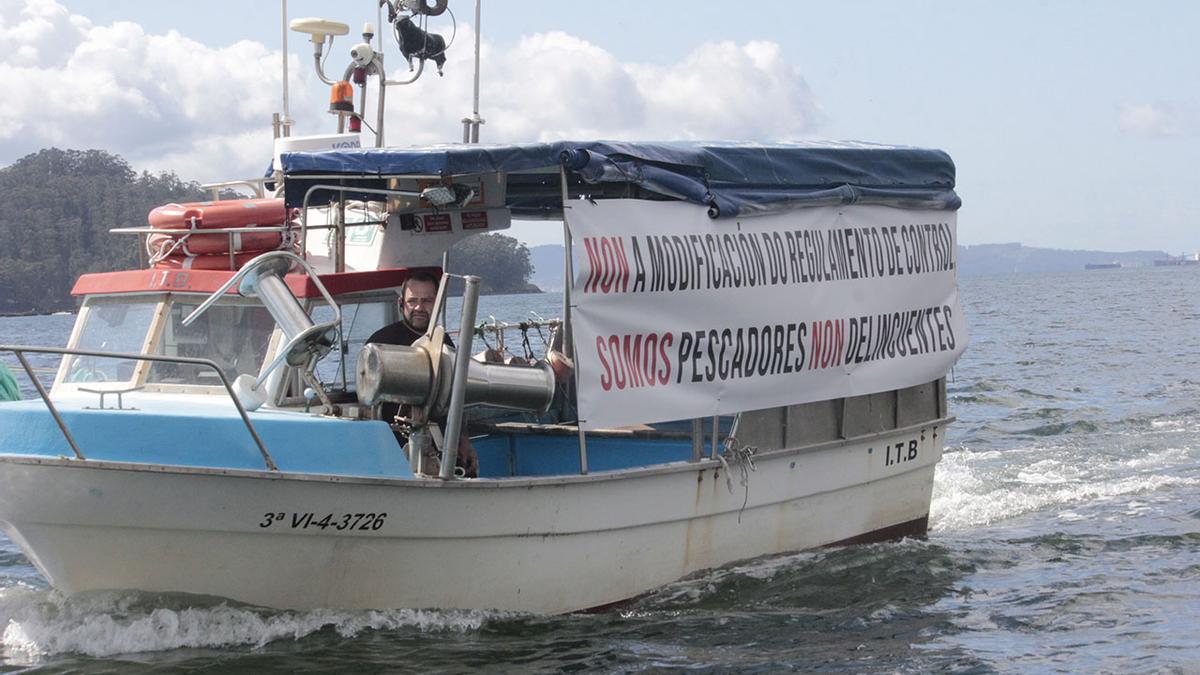 Un aspecto de la movilización de la flota artesanal, ayer, en la ría de Pontevedra - Santos Álvarez (4).jpg