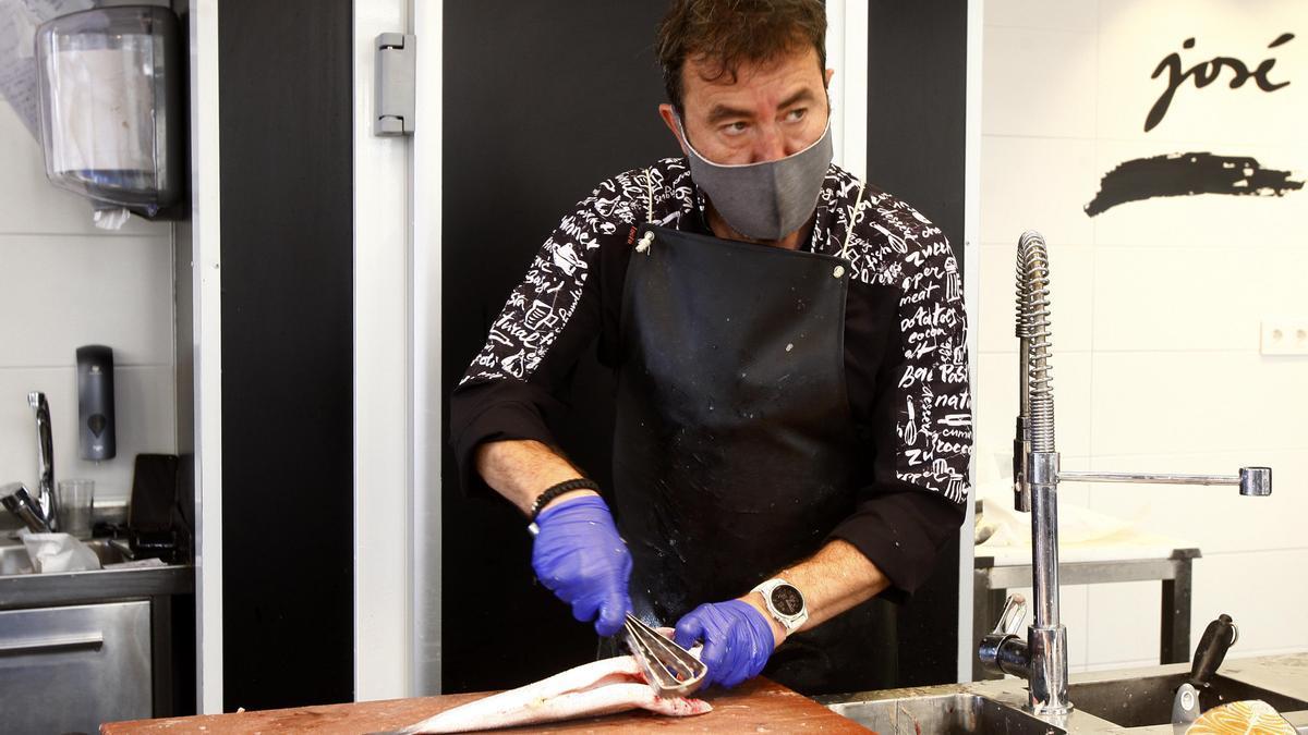 José Luis López, dueño del negocio Pescados y Mariscos José Luis, trabajando en su puesto del Mercado Central de Zaragoza.