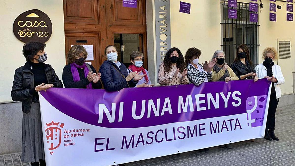 Concentración simbólica del Consell de les Dones de Xàtiva, a las puertas de la Casa de les Dones, ayer por la mañana | LEVANTE-EMV